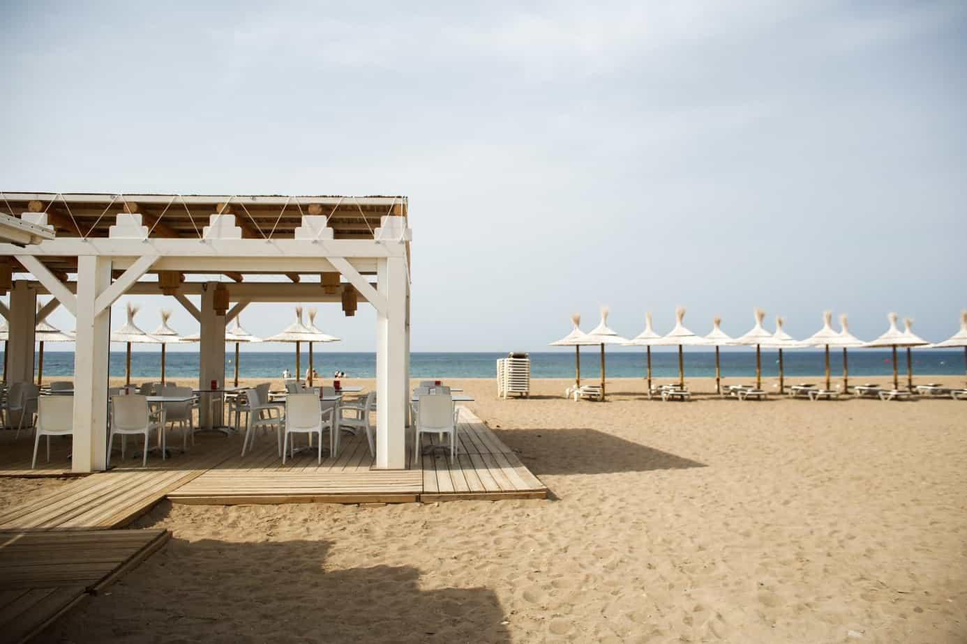 Chiringito El Polvorin Beachclub de la playa de Bolvueno es cliente de Cafés Bernal
